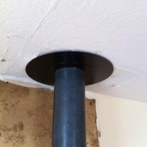 Branchement au plafond d'un poêle à bois sur un conduit isolé